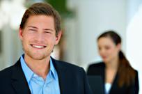 Mann mit Zahnimplantat